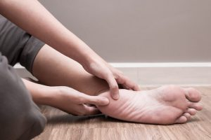 El espolón calcáneo inferior o plantar ocasionará un dolor muy característico en el talón, en la zona de apoyo, que se agudiza o empeora al apoyar el talón en el suelo.