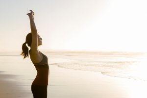 El estiramiento dinámico hace referencia a los estiramientos que se realizan de manera activa, por medio de movimientos suaves y controlados.