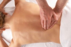 En función de la ubicación la hernia discal producirá dolor en la región lumbar (lumbalgia) o cervical (cervicalgia).