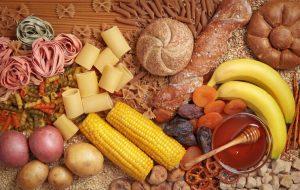 Los hidratos de carbono los podemos encontrar en las legumbres, cereales integrales (de grano completo), frutas y verduras.