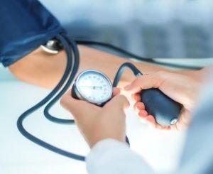 La hipotensión puede ser tratada por distintos especialistas médicos, ya que aparece en diversos cuadros clínicos