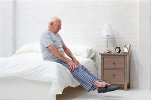 Los síntomas principales de la hipotensión ortostática son los mareos y la sensación de aturdimiento al incorporarse o levantarse.