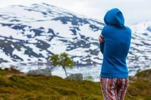El frío ambiental es la causa fundamental de la hipotermia con factores que influyen como el viento, la humedad, el tiempo de exposición a él y su intensidad.