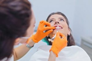Durante la cirugía, para colocar el implante en el interior del hueso es preciso un abordaje mediante una incisión en la encía.