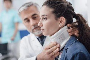 La función del collarín cervical es hacer de musculatura y encargarse de la estabilización cervical en caso de latigazo.