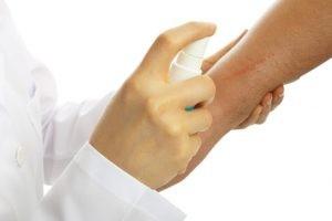 El liquen plano es una enfermedad diagnosticada y tratada por el médico especialista en dermatología.