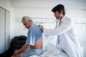 """La típica clínica de la neumonía es fiebre alta, tos con expectoración purulenta o """"fea"""" y dolor en el pecho."""