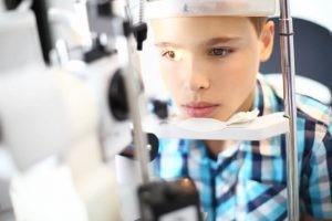 En la mayoría de los casos de ojo vago unilateral (un solo ojo) el niño no tendrá ningún otro síntoma, por lo que el pediatra debe descartar, en todas las exploraciones, las posibles anomalías.