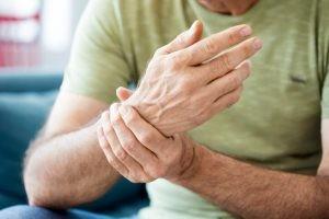La posibilidad de desarrollar una fractura en un hueso con osteoporosis es infinitamente superior. Son muy frecuentes las fracturas espontáneas (sin traumatismo desencadenante).