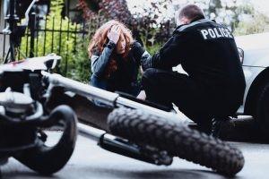 Los factores desencadenantes más comunes de un traumatismo craneoencefálico son los accidentes de tráfico, atropellos y las caídas.