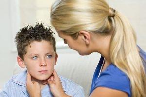 El virus de las paperas es muy contagioso y las gotitas de saliva de la boca o la nariz son su trasmisor al estornudar, toser o reír. Será imprescindible el aislamiento en casa del paciente durante cinco días desde el inicio de la inflamación de la glándula.