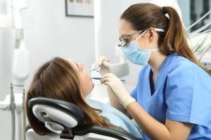 La periodontitis es la causa más frecuente de pérdida dental en adultos mayores de 35 años. La mayoría de extracciones tiene una etiología periodontal.