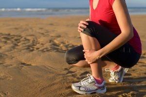 La periostitis se presenta con dolor, que el corredor describe como una quemazón en la cara antero-interna de la pierna y cuyo origen son pequeñas microlesiones en el periostio que ocurren por el impacto propio de la carrera.