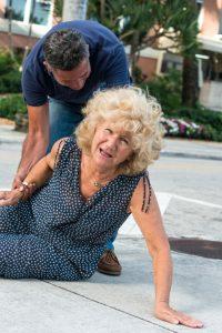 Una semana antes de aparecer el dolor en el cuello tuvo una caída en la calle.