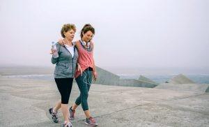 Además de los beneficios más orgánicos, no debemos olvidar aquellos en los que salir a caminar se convierte en una actividad social.