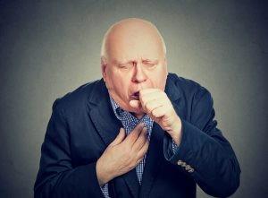 El principal factor de riesgo para contraer enfisema es la exposición al humo de tabaco: entre el 80-90% de los pacientes con EPOC son fumadores.