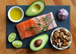 El Omega 3 es un ácido graso poliinsaturado (AGP) esencial, es decir, que nuestro cuerpo no puede generar por sí mismo, sino que lo debe obtener a través de la alimentación.