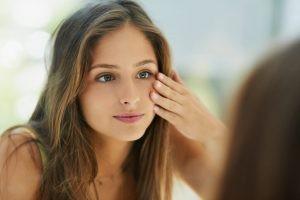 Hay muchos factores, internos y externos, que afectan al estado de la piel y que influyen en su aspecto. En algunos factores no podemos influir, pero en muchos otros sí.