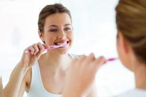 debemos detectar cualquier situación de riesgo que implique un posible foco local o sistémico contra la salud dental, especialmente en pacientes frágiles o inmunocomprometidos