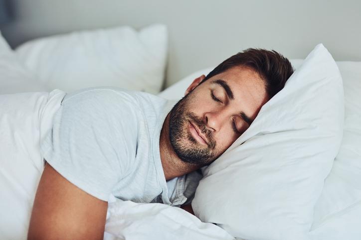 Dentro de las recomendaciones saludables del estilo de vida se incluye el disfrutar de una etapa de sueño satisfactoria.