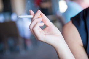 Las sustancias tóxicas del tabaco atraviesan la placenta. Se contraindica el consumo de cigarrillos durante el embarazo por el riesgo para el bebé.