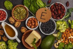 Por su función antioxidante de lípidos, la vitamina E se encuentra en alimentos vegetales ricos en grasas, especialmente insaturadas, como las oleaginosas.