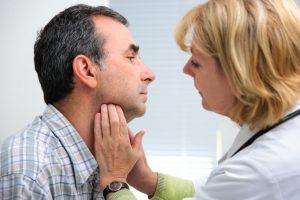 Los síntomas de la angina de Ludwig son: fiebre, dificultad respiratoria, taquicardia, inflamación de la lengua y dolor de cuello.