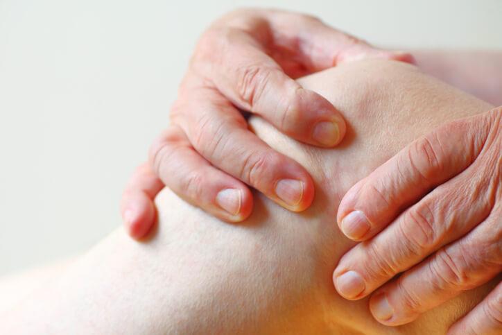 Existen algunos factores que pueden desencadenar la bursitis de rodilla, como una mala postura o un mal movimiento.