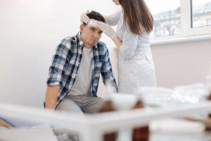 Una conmoción cerebral puede desencadenarse de un traumatismo, una caída, actividades deportivas o accidentes automovilísticos.