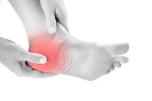 Es muy característico un dolor agudo en la zona del talón que aparece por las mañanas, cuando plantamos el pie en el suelo tras un periodo de descanso.
