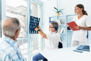 La especialidad médica para tratar el edema pulmonar son los neumólogos y cardiólogos.