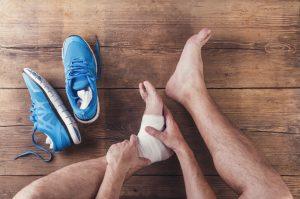 Las causas de la entorsis se producen como resultado de un movimiento brusco que excede la capacidad de movimiento de la articulación.