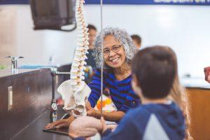 Si la médula espinal o las raíces nerviosas se comprimen gravemente como resultado de espondilosis el daño puede ser permanente.