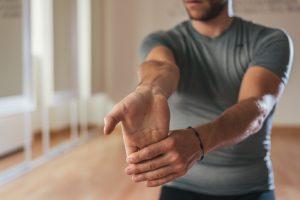 Debemos trabajar la musculatura del antebrazo con ejercicios específicos y estiramientos para garantizar el equilibrio muscular entre los flexores y extensores de la muñeca.