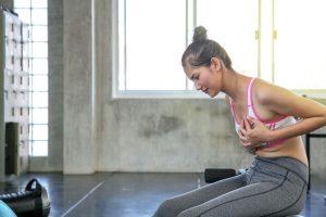 No se conoce un factor en específico que pueda desencadenar la mastalgia. El dolor de senos está asociado a muchos factores.