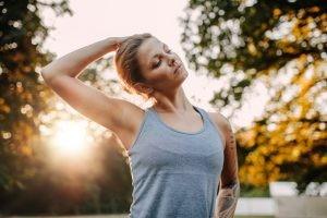 Tratamos la musculatura cervical y dorsal con el fin de reducir la contractura muscular producida por el golpe y así recuperar el movimiento limitado de las cervicales.