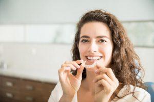 La férula transparente se fabrica a medida y en su interior se colocan unos accesorios activos que permiten modificar el movimiento o la alineación dental hacia la posición deseada.