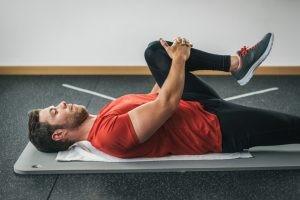 Realizamos estiramientos de todos los grupos musculares relacionados con la lesión es fundamental.