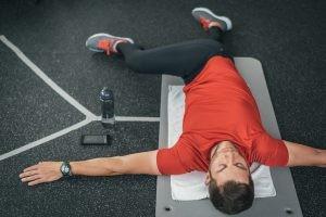 Utilizaremos técnicas respiratorias con movilización abdominal para dar flexibilidad a los tejidos que sujetan las vísceras abdominales y permitir que la columna recupere su movimiento.