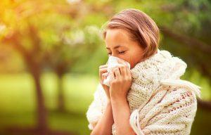 La causa exacta por la que se produce la alergia al sol se desconoce. Sin embargo, sí se sabe que la erupción polimorfa leve (EPL) aparece cuando hay una exposición a los rayos ultravioleta (UVA o UVB) más prolongada de lo normal.