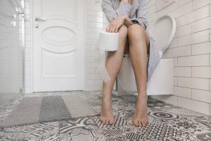 La diarrea provoca, generalmente, una necesidad urgente de ir al baño y dolor abdominal tipo cólico.