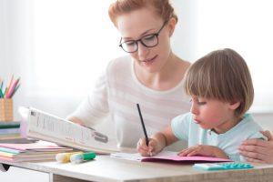 La Disgrafía provoca escribir con una letra ilegible y muy grande o muy pequeña, que incluso puede variar de tamaño dentro de una misma palabra.