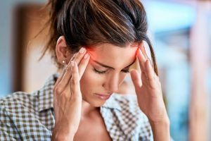 Existen muchos tipos de dolor de cabeza pero se engloban en dos tipos: primarios, producidos como manifestación única sin causa subyacente, o secundarios, debidos a otro trastorno que produce como síntoma dicha cefalea.