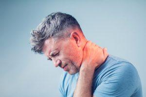 También se puede clasificar el dolor de cuello en neuropático, una molestia punzante como de corriente eléctrica y sensación de hormigueo o ardor, resultante de una lesión en el sistema nervioso periférico y, en dolor mecánico, que es el originado en la columna vertebral.