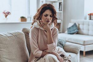Cuando se inflama la garganta, los tejidos se deslizan entre sí, y esa fricción es lo que produce irritación y dolor.