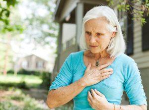 A veces el dolor se irradia a mandíbula, cuello, hombros y espalda, y puede ir acompañado de náuseas, vómitos, sudoración, mareo, falta de aire, sensación de indigestión, y palpitaciones del corazón.