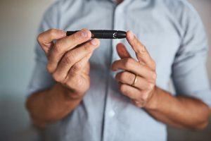 Una hipoglucemia es una disminución de los valores de glucosa en sangre por debajo de la normalidad, considerándose normales valores entre 70 y 100 mg/dl en ayunas.