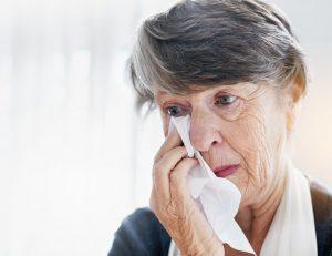 Las causas de los ojos llorosos pueden estar originadas por circunstancias que provocan un aumento de producción de las lágrimas o por la obstrucción del conducto nasolagrimal que las drena de la superficie ocular.