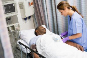 Los procedimientos quirúrgicos se clasifican generalmente por la urgencia con la que deben ser practicadas, el tipo de procedimiento, o la zona del cuerpo implicada, entre otros ejemplos