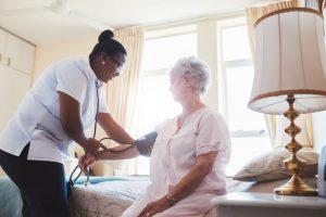 La atención domiciliaria ayuda a liberar la presión de las urgencias hospitalarias, permitiendo una mayor rotación de las camas y, por tanto, contribuye a reducir la estancia media de las personas ingresadas y, también, a que no precisen trasladarse a una residencia geriátrica.